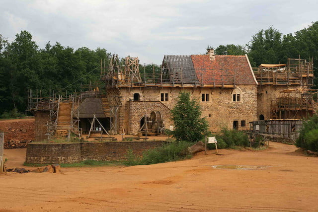the guedelon castle is being built with 13th century techniques gu  delon 2