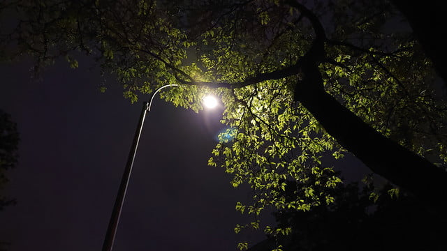 sony xperia xz2 review camera sample low light street lamp