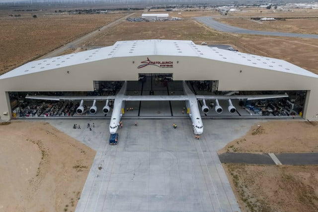 stratolaunch dwarves other aircraft strato