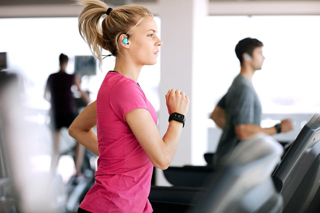 the tomtom spark gps fitness watch lets you listen to your music without phone 001