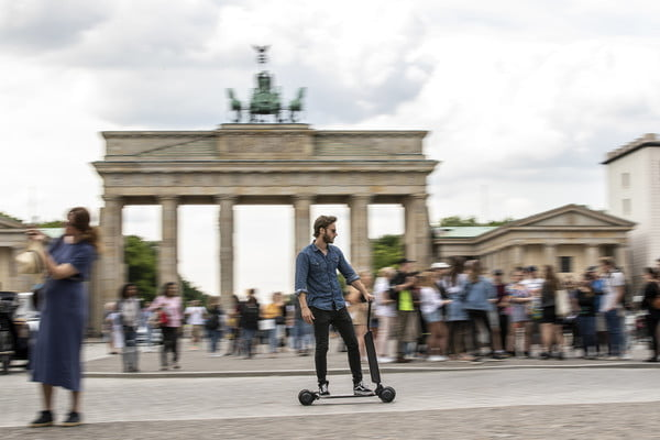 audi e tron scooter electrico combines with skateboard 7 600x400 c