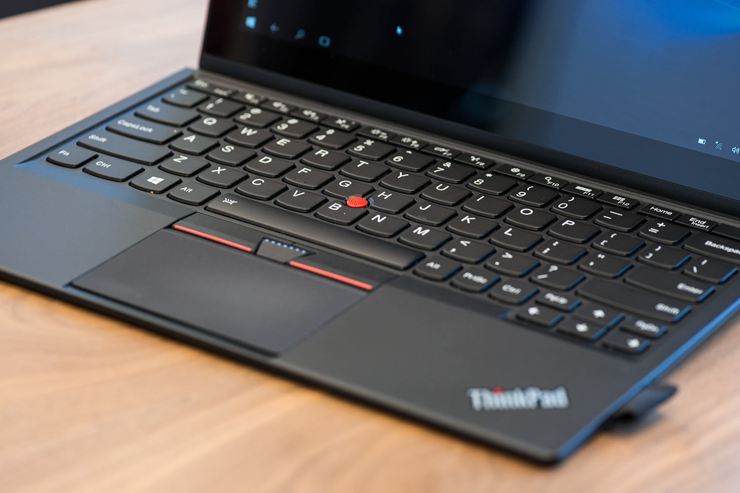 Lenovo's Yoga pushes the limits of premium 2-in-1s, thanks to its nearly bezel-free display, speedy 7th-gen Intel CPU and more than 10 hours of battery life.