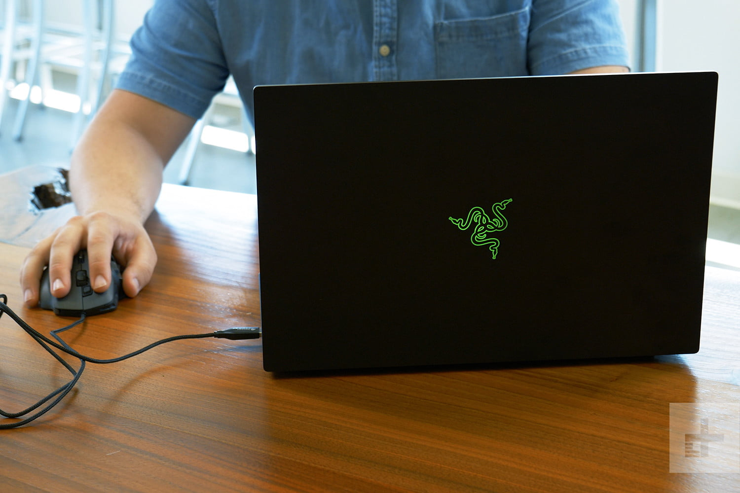 Razer Blade (2018) back lifestyle mouse